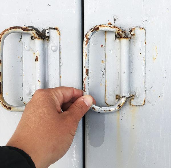 Loosening rusted handles