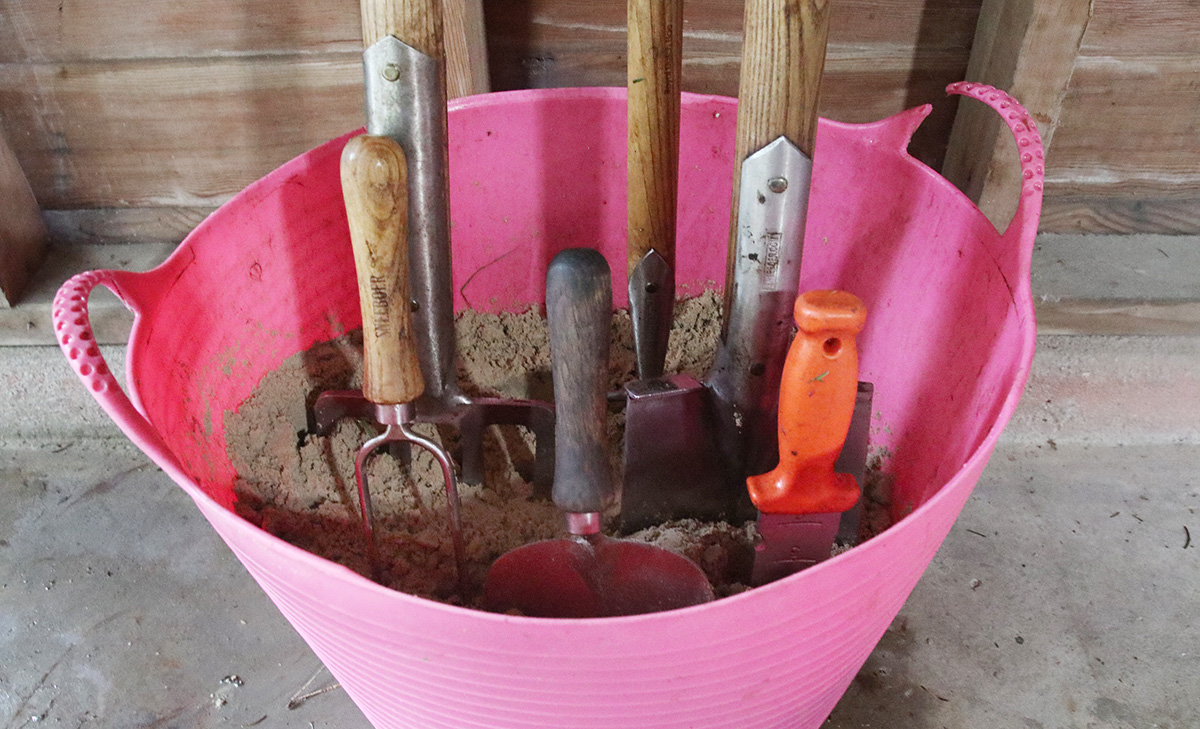 how to store your garden tools for winter.
