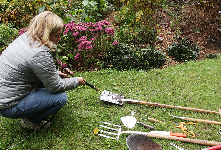 How to store garden tools for winter.